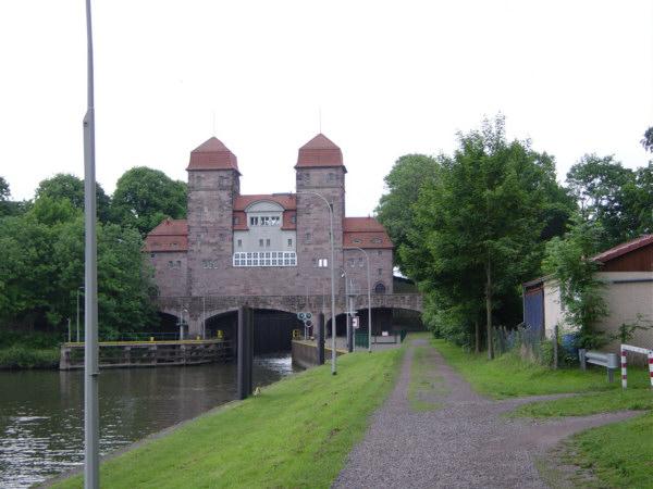 Schachtschleuse, hier werden Binnenschiffe von der Weser auf den Mittellandkanal geschleust und umgekehrt. U.Rieger