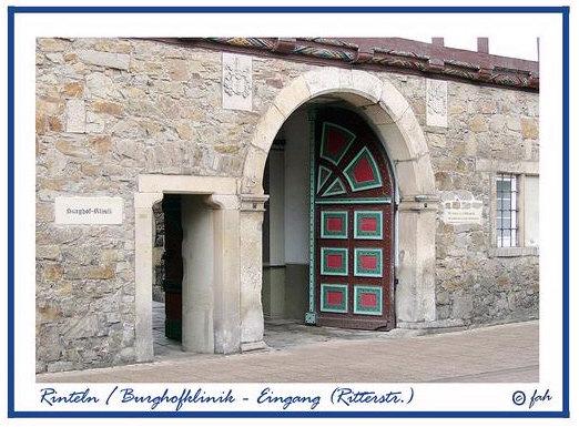 Das große Eingangstor in der Burghofklinik in Rinteln in der Ritterstraße