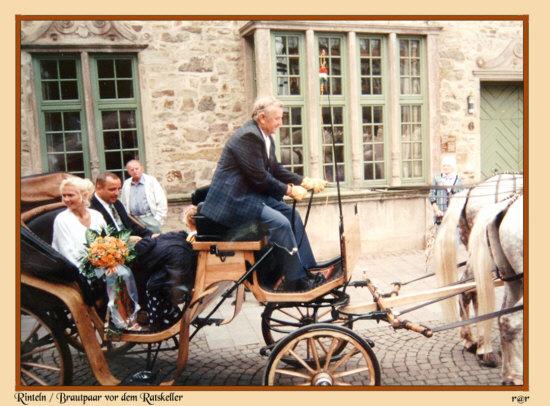 Rinteln Ein Brautpaar vor dem Ratskeller