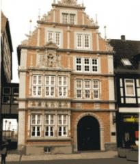 Das Stiftsherrenhaus in der Fußgängerzone von Hameln (Osterstraße)