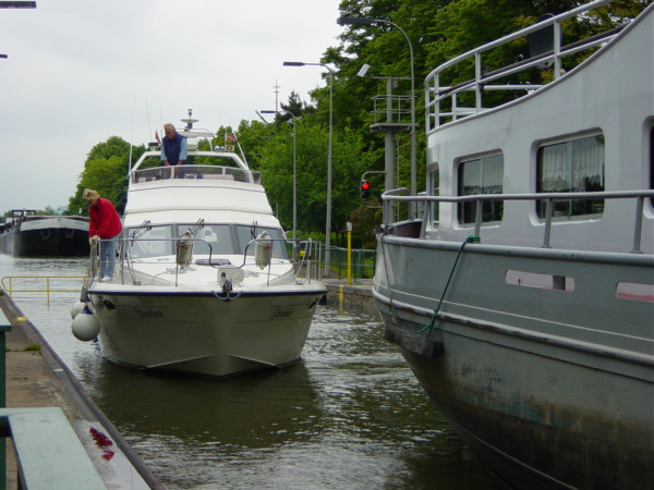 Große und kleine Boote in der Schleuse U.Rieger