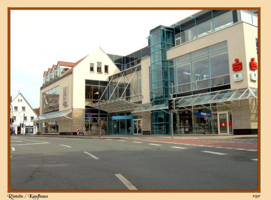 Rinteln - An dieser Stelle stand früher eine Sparkassenfiliale , sie wurde durch dieses Kaufhaus ersetzt